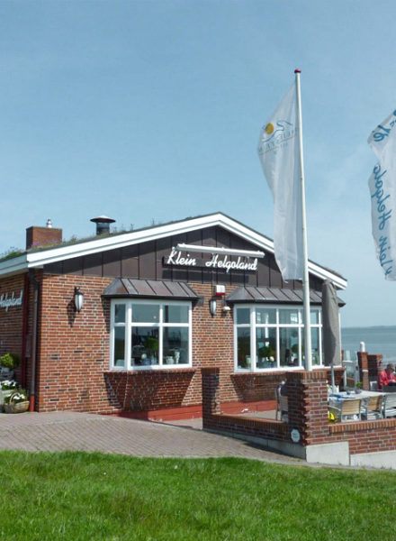 Föhr Klein Helgoland Restaurant Bistro Café rote Sonnenschirme
