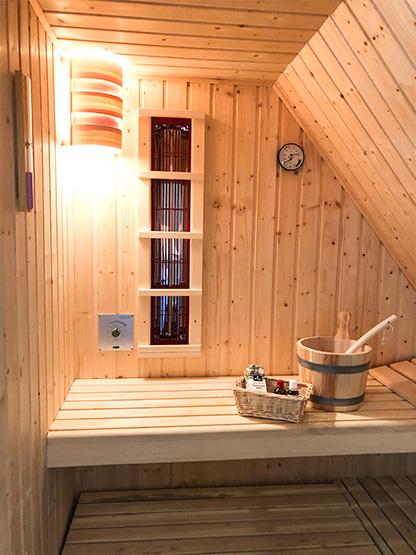 exklusive Sauna heizbar mit Ofen und Infrarot im Reethüs 1638 auf Föhr