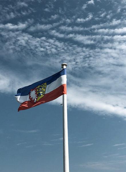 Schleswig Holstein Flagge vor blauem Himmel Föhr