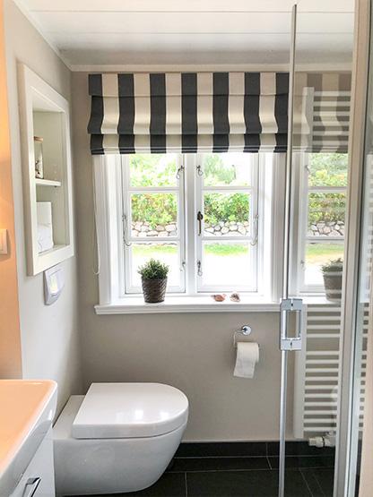Badezimmer mit Waschbecken, WC und Dusche Reethüs 1638