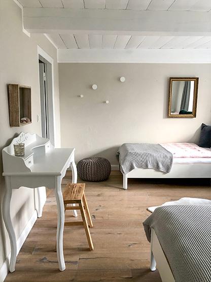 Schlafzimmer zwei Einzelbetten gemütlich im Urlaub Reethüs 1638