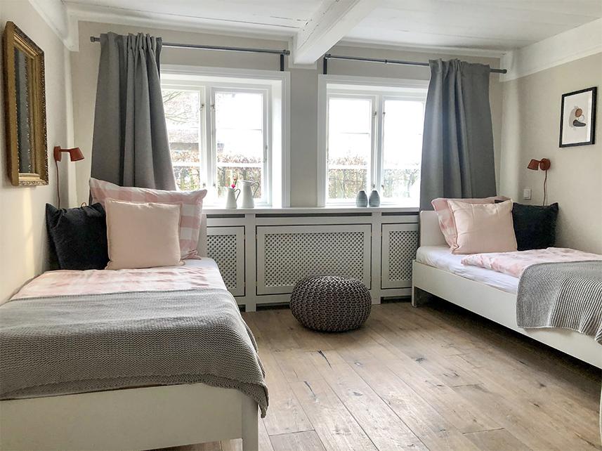 gemütliches Doppelzimmer Einzelbetten Muuto Leuchten Reethüs 1638