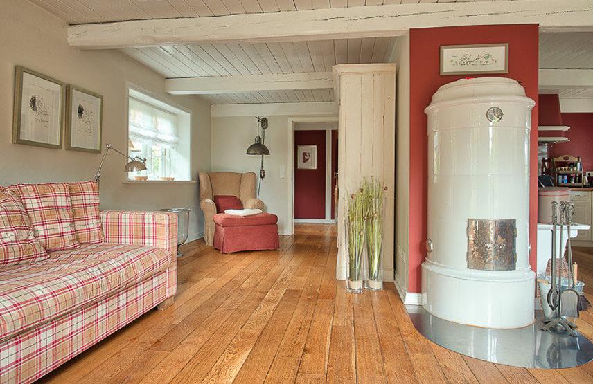 Ferienhaus Föhrperle Wohnzimmer mit Flamant Sofa und Kamin